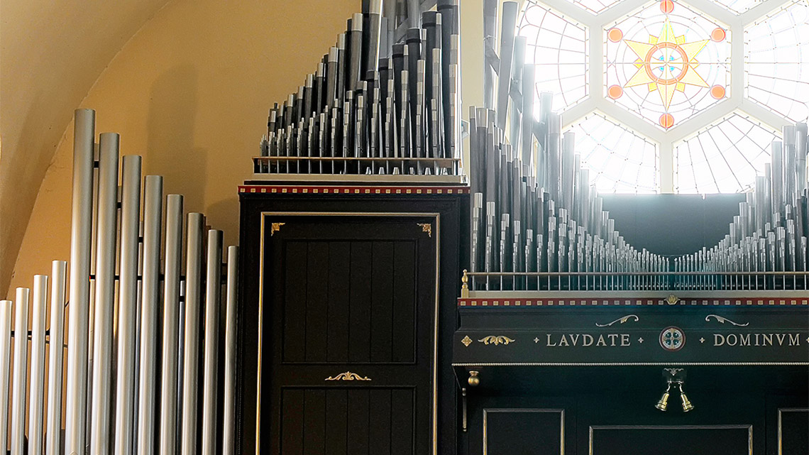 Photo Rose Window and organ pipes.